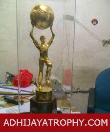 model-plakat-trophy-patung-dari-logam EDIT